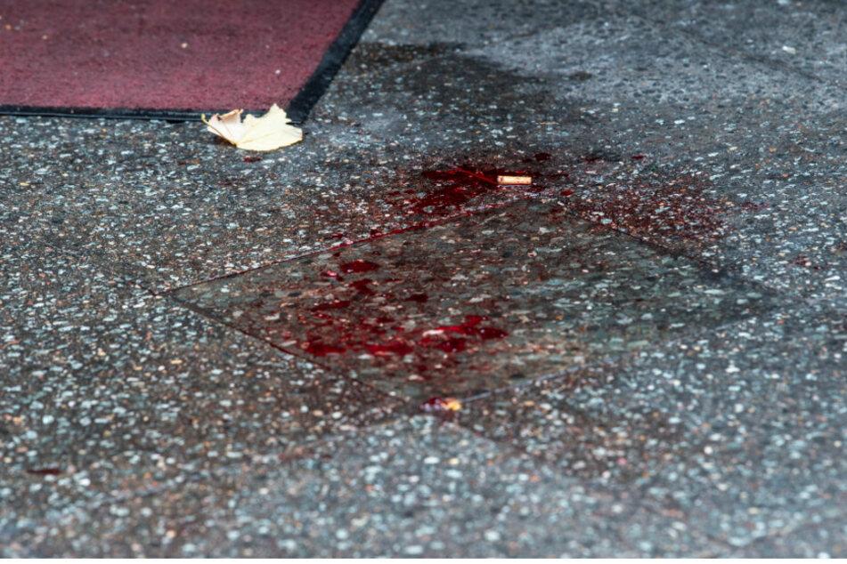 Ein großer Blutfleck ist auf einem Bürgersteig im Berliner Ortsteil Charlottenburg zu sehen. (Archivbild, Symbolbild)