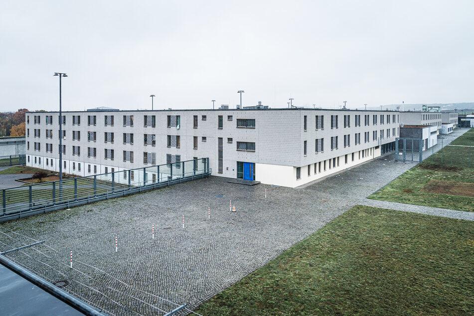 Der Tatverdächtige sitzt bereits in Untersuchungshaft in der JVA Dresden.