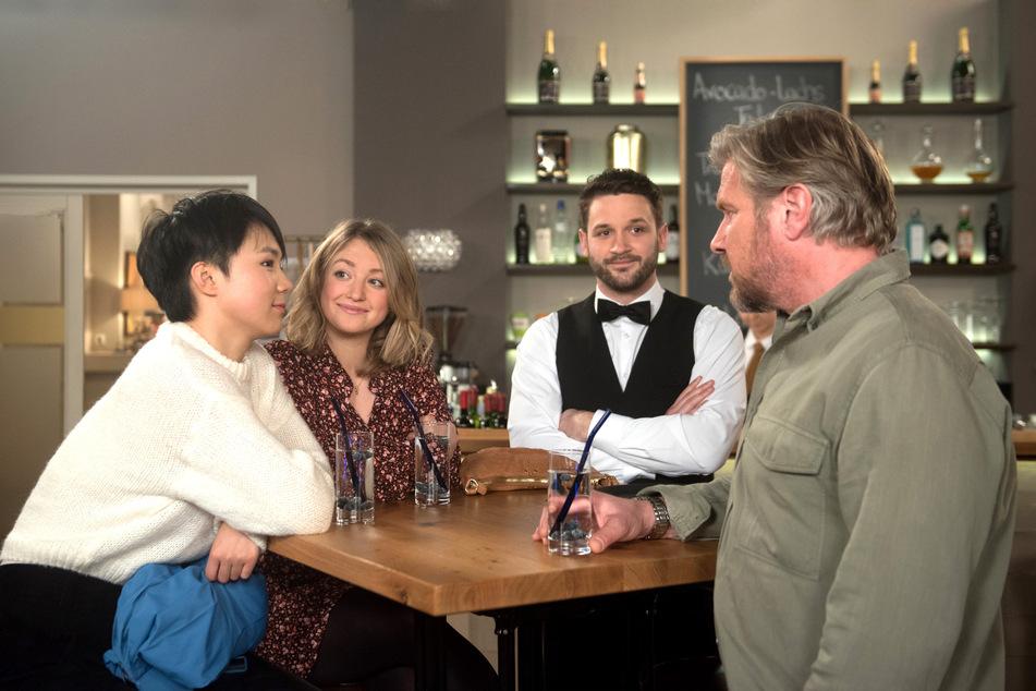 """""""Rote Rosen"""": Ellen (1. v.l.) hat Grund zu feiern. Oliver ist endlich weg."""