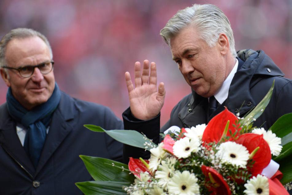 Trainer Carlo Ancelotti (r.) erhielt zum 1000. Spiel als Trainer einen Blumenstrauß von Karl-Heinz Rummenigge. (Archivbild)