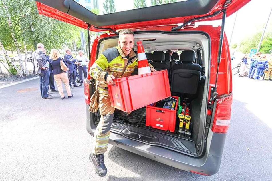 Philipp Dittloff (19) belädt schon mal eines der neuen Fahrzeuge.