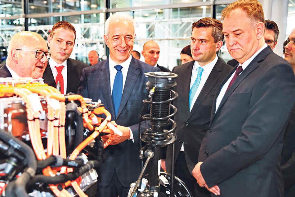 Ministerpräsident Tillich und Wirtschaftsminister Dulig (2.v.r.) ließen sich die E-Golf-Produktion erklären.