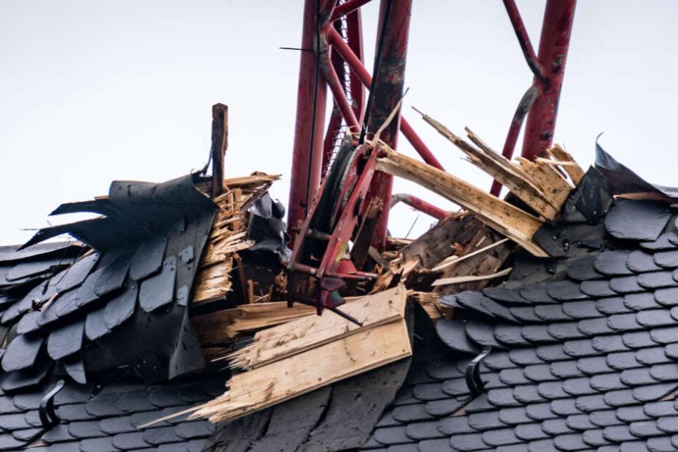 """Stärkere Schäden hat der während des Sturms """"Sabine"""" auf das Dach des Frankfurter Doms gestürzte Kran am Dach angerichtet."""