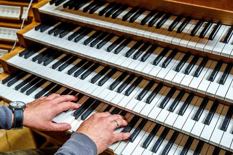 Eine Besonderheit: Das Orgelpult steht auf der Bühne und nicht direkt an der Orgel.