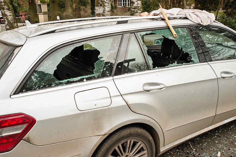 Das Ausmaß der Beschädigung ist immens. Sogar nahestehende Autos wurden zerstört.