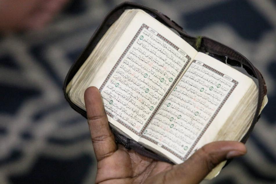 Ein Muslim liest im Koran. (Symbolbild)