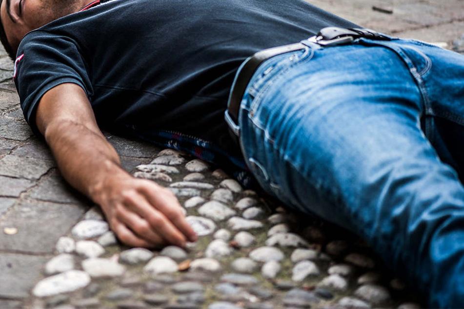Eine lange Zeit lag der Mann am Boden und wurde währenddessen beklaut. (Symbolbild)