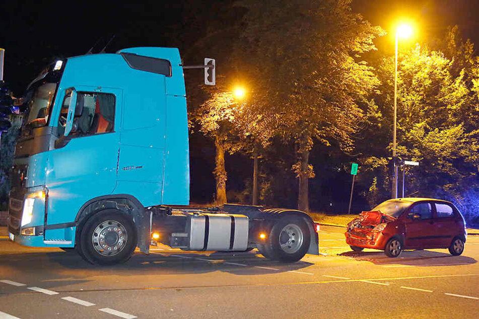 Chevroletfahrer (52) fuhr auf den LKW auf, als dieser eine Vollbremsung hinlegte.
