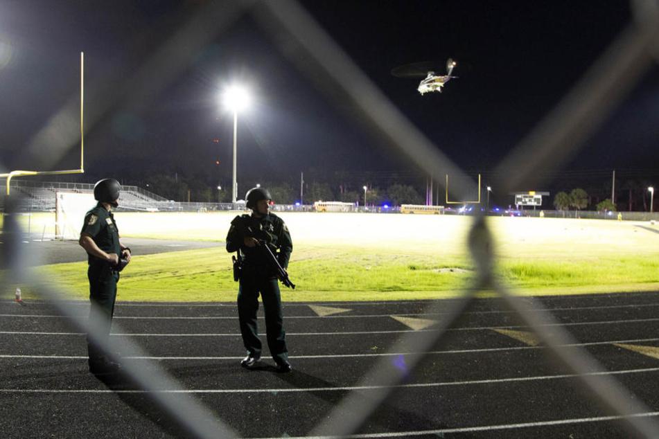 Nachdem bei einem Footballspiel an der Palm Beach Central High School Schüsse gefallen sind, sichern Polizisten ein Stadion.