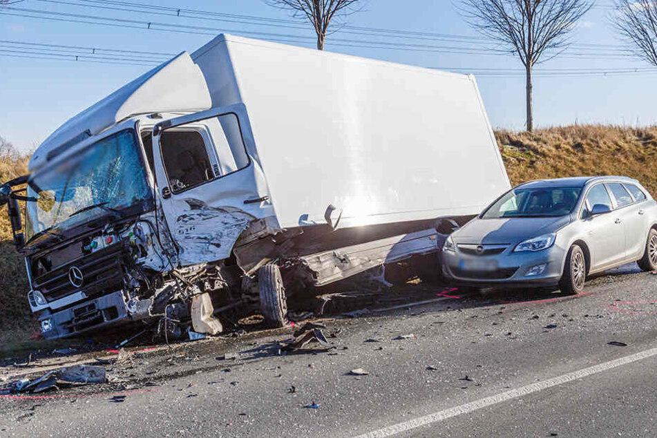 Ein Opel kollidierte noch mit dem Lkw.