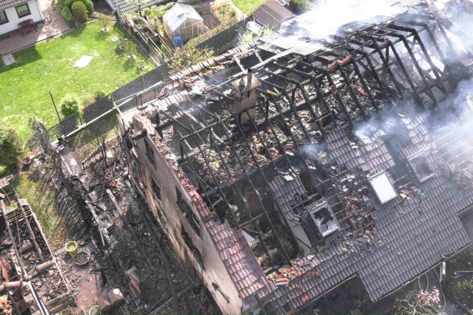 Unkrautbrenner löst Flammeninferno aus! Zwei Häuser und ein Porsche fackeln ab