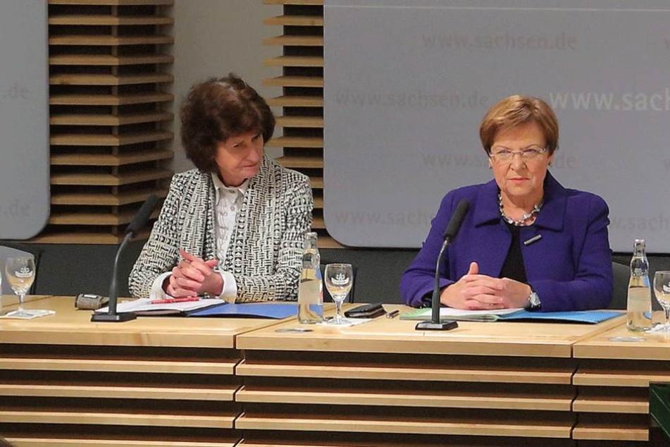 Die Ministerinnen Eva-Maria Stange (59, SPD) und Brunhild Kurth (62, CDU,r.) bei der Präsentation des Lehrerpakets. Der Umfang ist deutlich höher als erwartet.