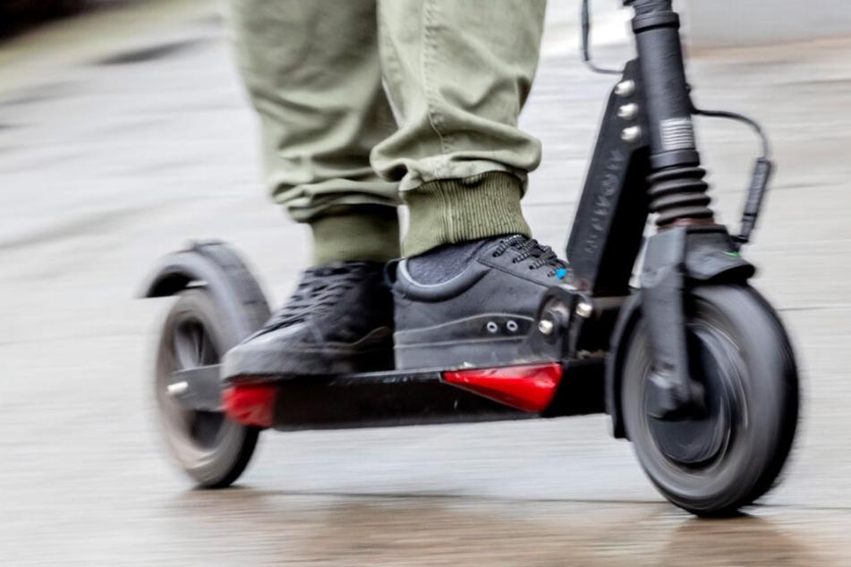 Unfassbar: Raser heizt durch Köln und ballert in E-Scooter-Fahrer
