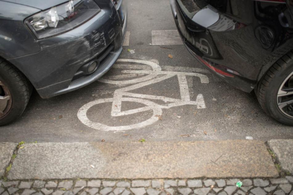 Typisches Bild in Berlin: Ein gleich von zwei Autos zugeparkter Radweg.