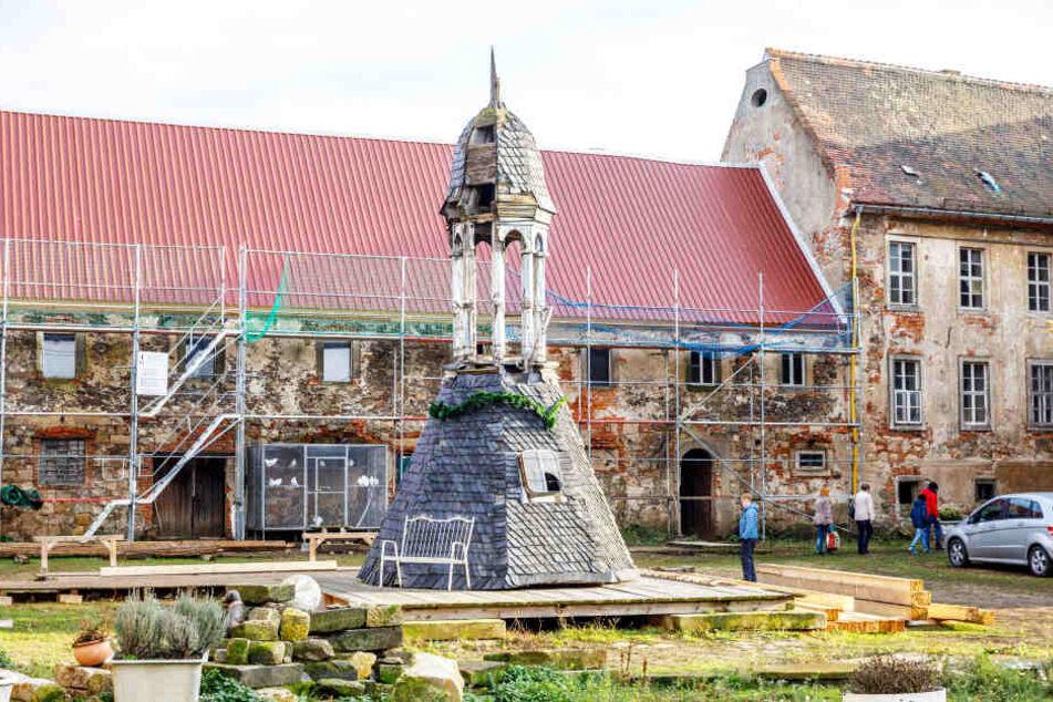 Der einst stattliche Herrensitz ist seit Jahren dem Verfall preisgegeben. Mit den Spendengeldern soll zunächst der Turm wieder aufgebaut werden.