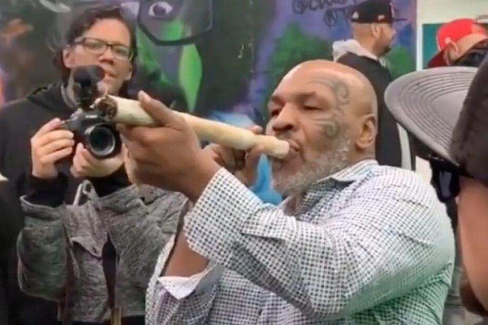 Mike Tyson nimmt einen gaaaaanz langen Zug vom Riesenjoint.