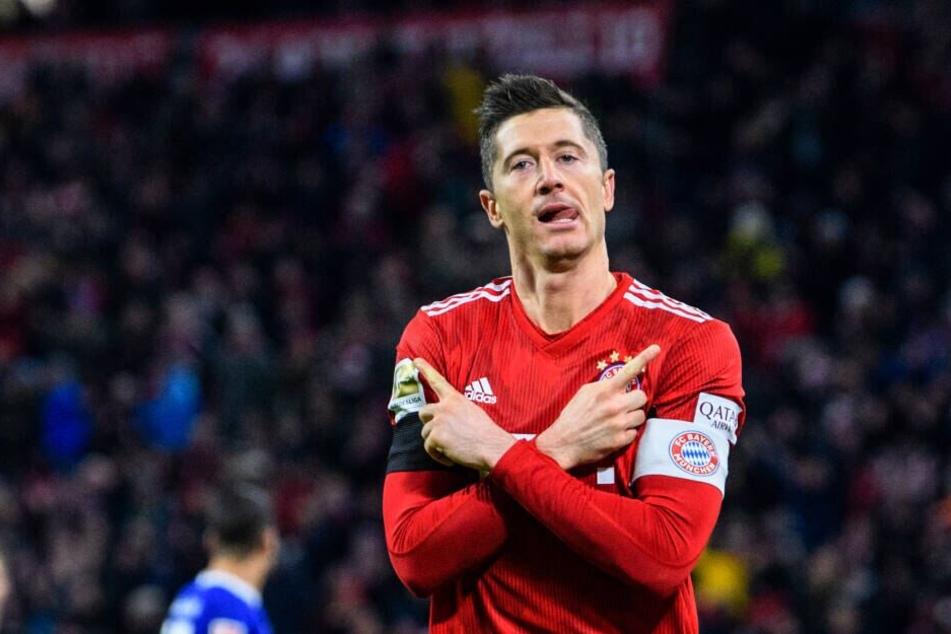 Robert Lewandowski vom FC Bayern München jubelt über seinen Treffer zum 2:1 gegen Schalke.