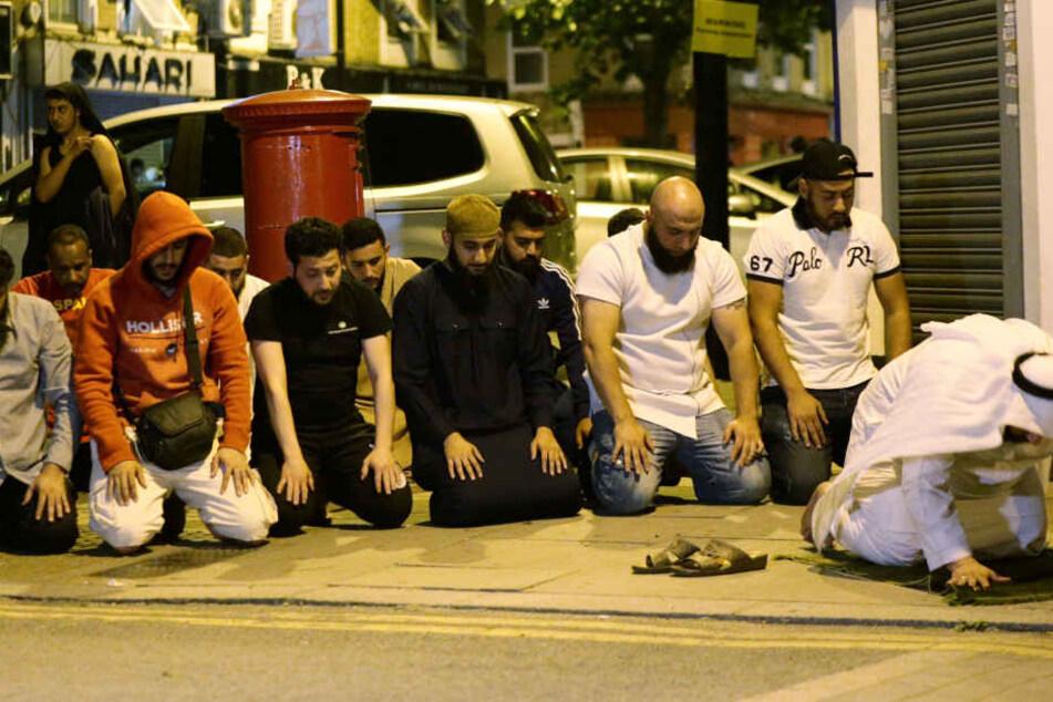 Enige Muslime beteten noch vor Ort nach dem Anschlag.
