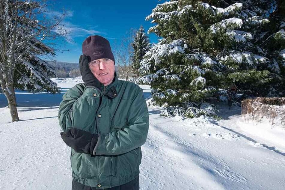 Hubert Brehme (66) hat die Nase voll: Immer wieder verirren sich pinkelnde Skifahrer auf sein Grundstück.