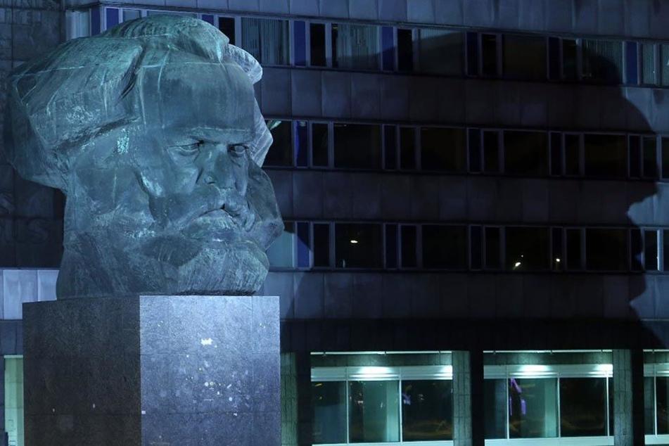 In Höhe des Karl-Marx-Monuments wurde der junge Mann geschlagen und beraubt.