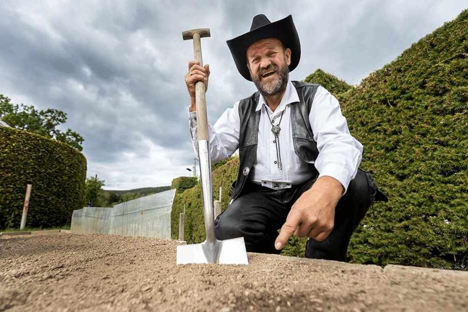 """""""Knollen-Cowboy"""" Detlef Kittelmann zeigt, wo in seinem Garten er die """"Feinschmecker-Nuggets"""" fand."""