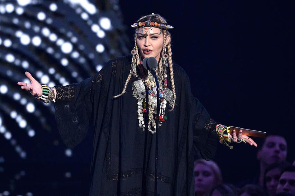 """Popstar Madonna bringt die Single """"Medellín"""" vom neuen Album """"Madame X"""" heraus."""