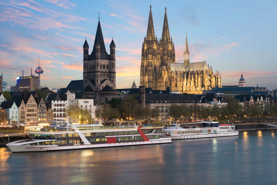 Die Frau hatte Fotos in der Kölner Altstadt gemacht und war dabei in den Rhein gestürzt (Archivbild).