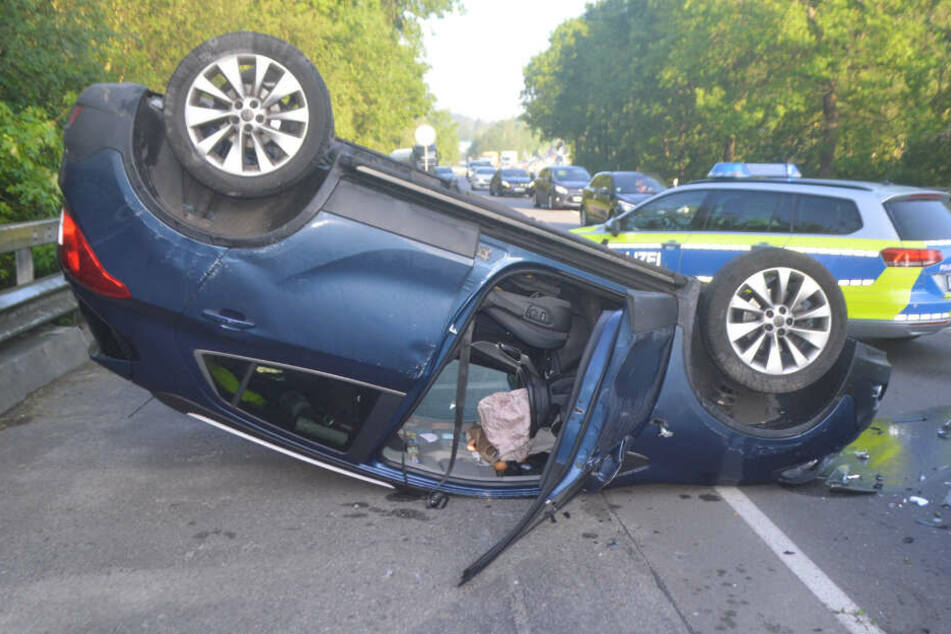 Das Unfallfahrzeug landete auf dem Dach.