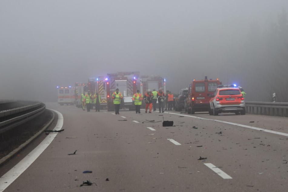 Trümmerteile liegen auf der A3. Ein schwerer Unfall hat zwei Menschen aus dem Leben gerissen.