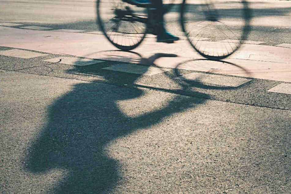 Der 19-Jährige musste einen Falschparker umfahren. (Symbolfoto)