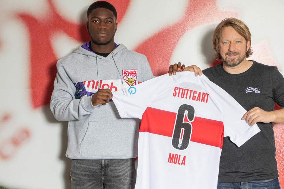VfB-Neuzugang Clinton Mola (links) neben Sportdirektor Sven Mislintat.