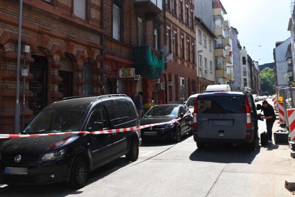 Die Absperrung in der Straße des Tatorts.
