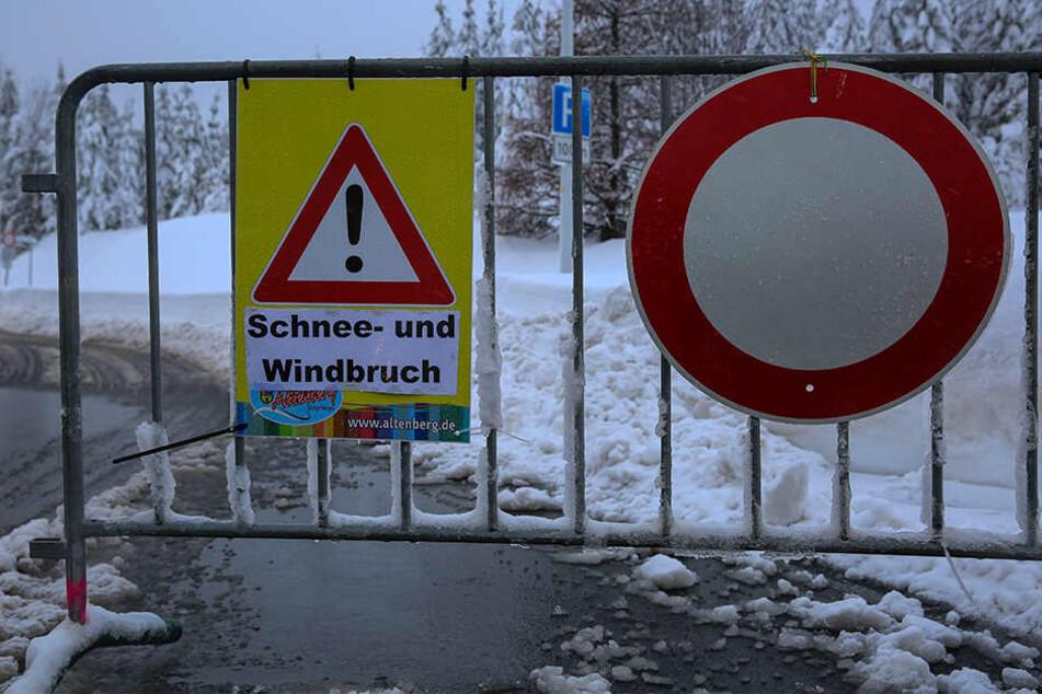 Ein Hinweisschild vor dem Parkplatz am Kahleberg.