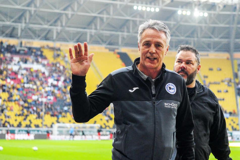 Dynamos Ex-Trainer Uwe Neuhaus (l.) grüßt aktuell mit Arminia Bielefeld von der Tabellenspitze der 2. Bundesliga.