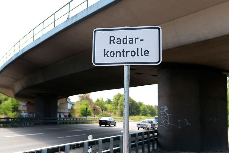 Nicht selten warnen Schilder vor Radarkontrollen. Selbst vor dem Britzer Tunnel kündigen sie die Blitzer an, dennoch fahren genügend Autofahrer mit überhöhter Geschwindigkeit.