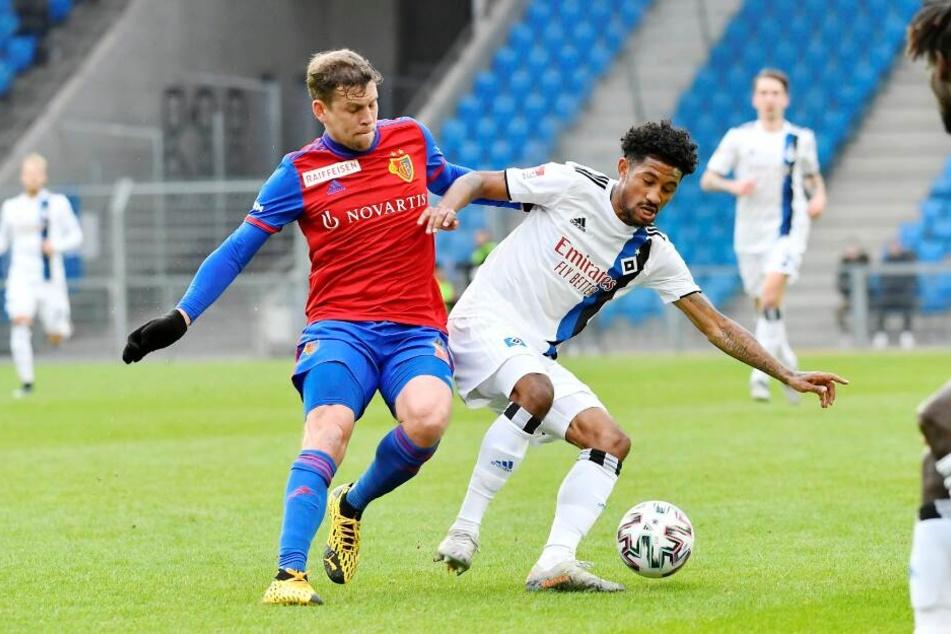 Jeremy Duziak (HSV) (r.) und Fabian Frei (FC Basel) kämpfen um den Ball.