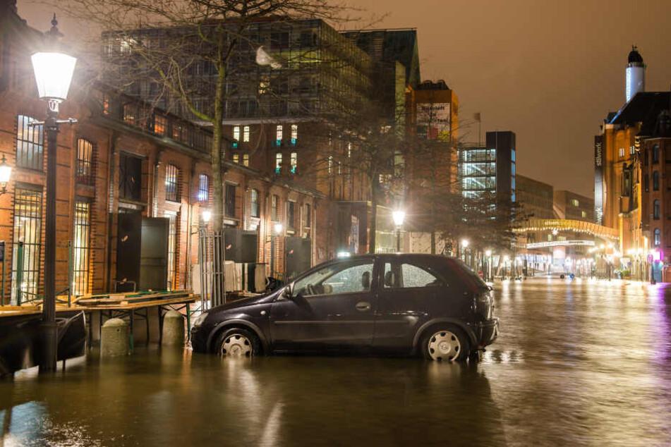 In Hamburg standen einige Bereiche am Hafen wegen einer Sturmflut unter Wasser.