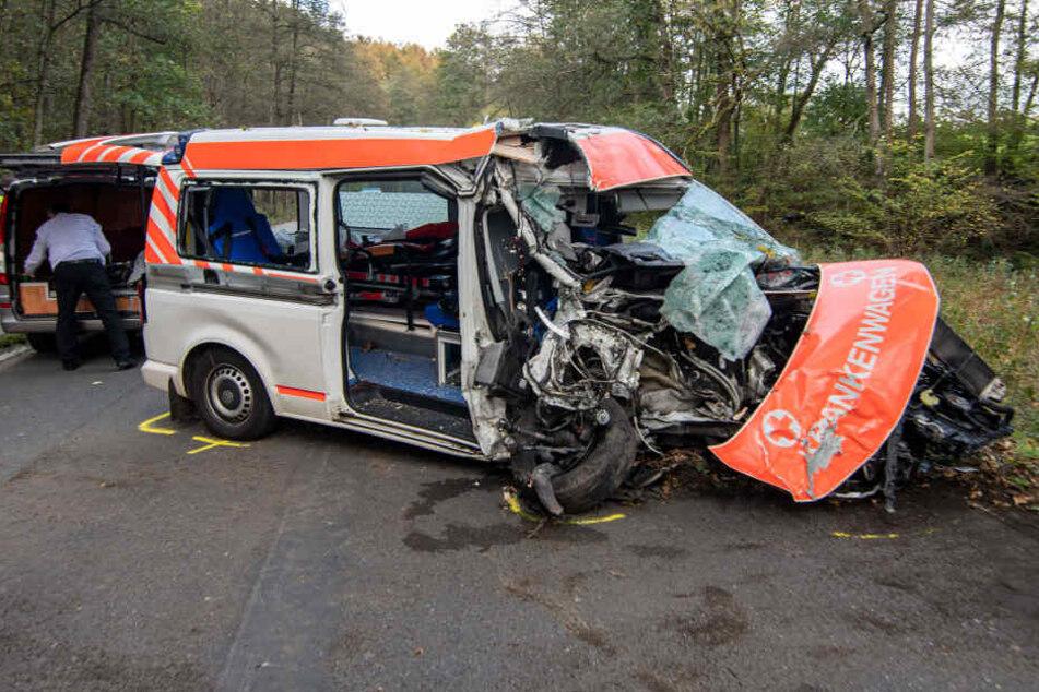 Krankenwagen kracht frontal gegen Baum: Patient stirbt