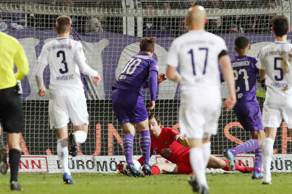 Die Riesenchance zum Sieg für den VfL Osnabrück, doch FCE-Keeper Martin Männel (am Boden) klärt gegen Benjamin Girth.