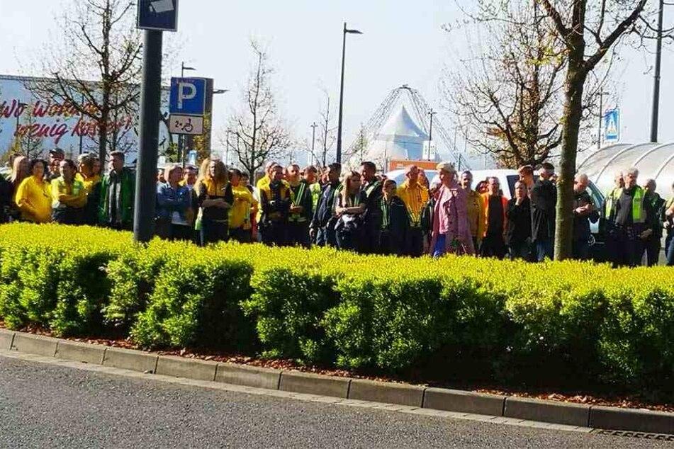 Mitarbeiter und Kunden versammelten sich auf dem Parkplatz des Elbeparks.