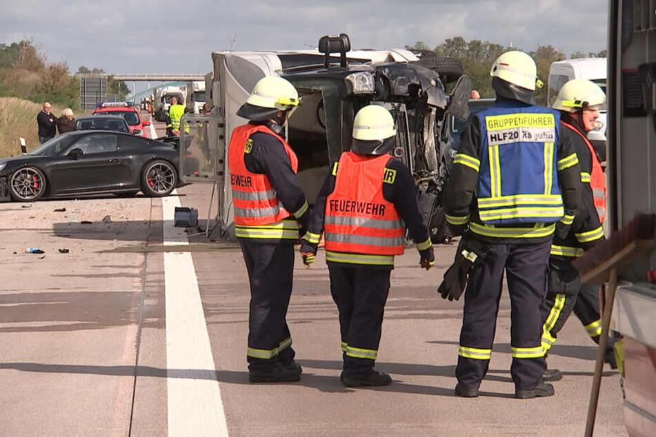 Drei Fahrzeuge stoßen auf A9 zusammen, Insassen aus Wohnmobil geschnitten
