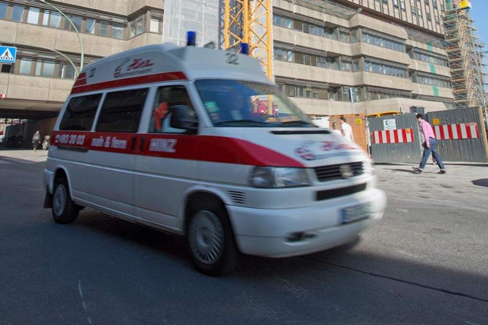 Der schwerverletzte Mann wurde mit dem Krankenwagen in die Klinik gebracht (Symbolbild).