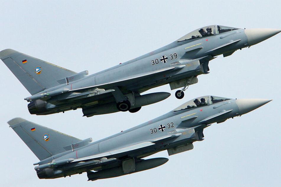 Auf dem Fliegerhorst Laage bei Rostock starten zwei Eurofighter zu einer Übung (Archivbild).