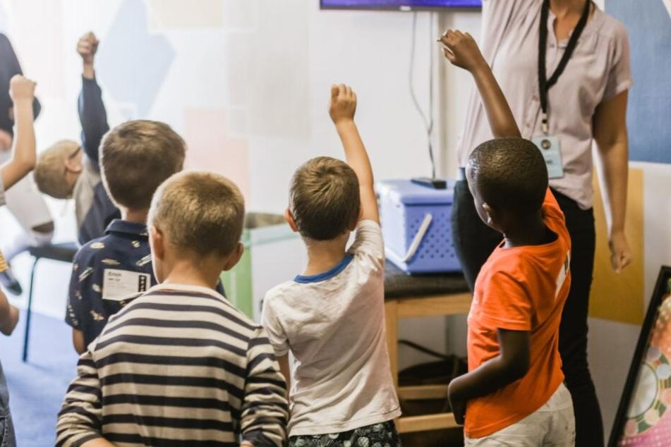 Grundschüler sollen mehr über Beziehungen lernen. Eltern fürchten eine zu frühe Sexualisierung ihrer Schützlinge. (Symbolbild)