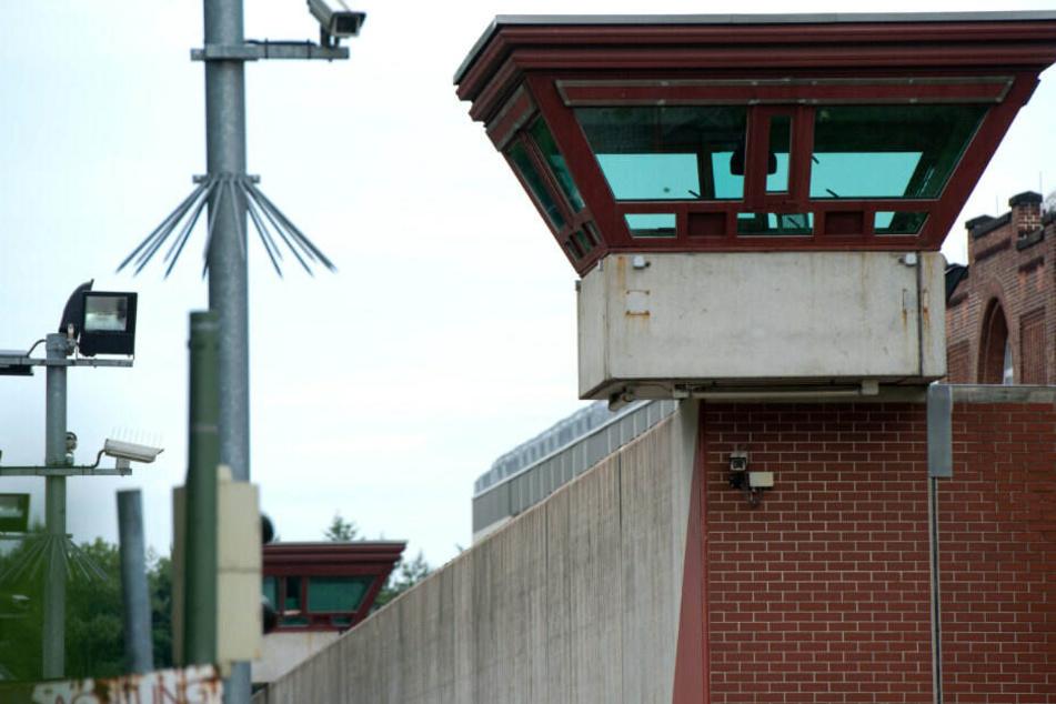 Ein Wachturm überragt die Außenmauer der JVA Tegel. (Archivbild)