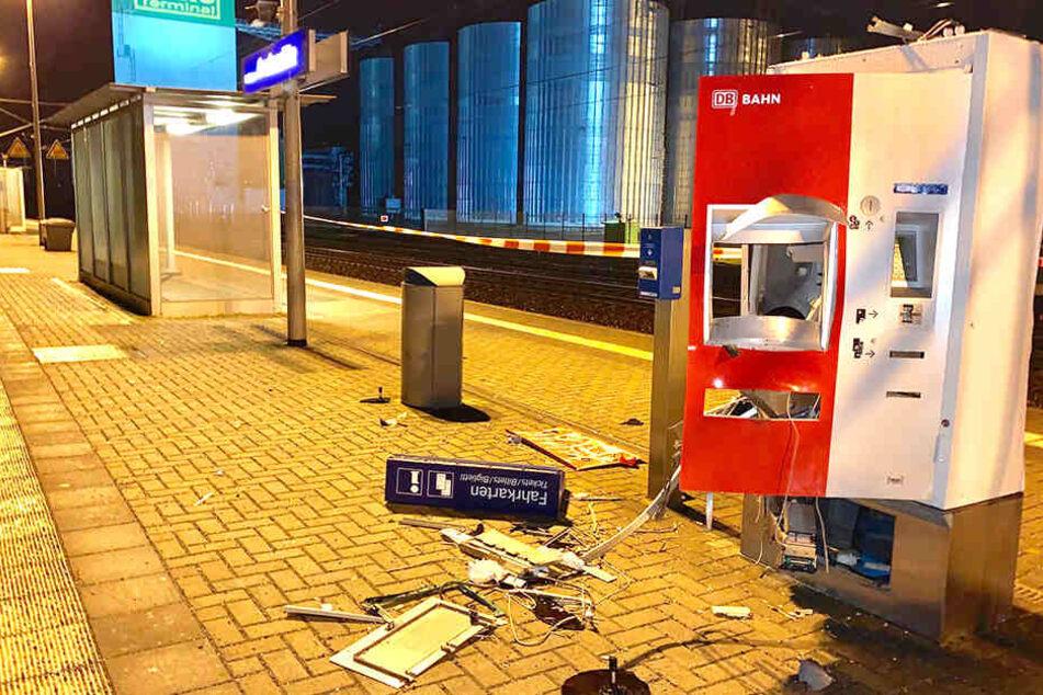 Teile des Automaten flogen umher. Der Sachschaden beträgt etwa 15.000 Euro.