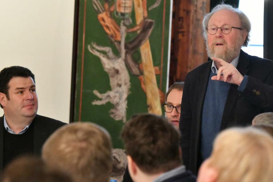 Hubertus Heil (SPD, l), Bundesminister für Arbeit und Soziales, verfolgt die Ausführungen von Wolfgang Thierse, früherer Bundestagspräsident und Mitbegründer der Ost-SPD, beim Jahresauftakttreffen der ostdeutschen Sozialdemokratie.