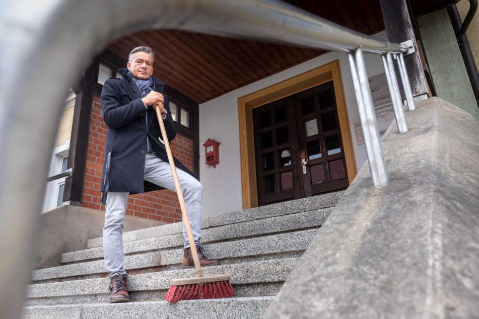Lutz Neubert (47), Ortsvorsteher von Grüna, hält nichts vom 14-tägigen Reinigungsrhythmus. Den wollen Stadt und ASR einführen.