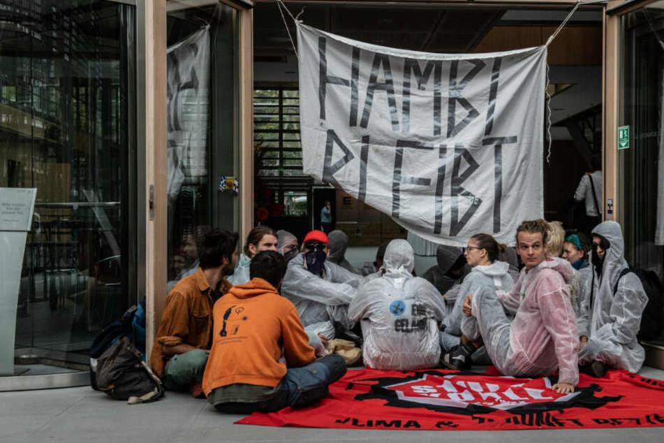 Mit einem großen Banner haben die Kohlegegner den Haupteingang zur Landesvertretung von NRW in Berlin blockiert.