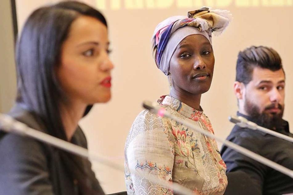 """Die Staatssekretärin Sawsan Chebli (l-r), die Somalierin Fatuma Musa Afrah und der Iraker Sinan Mohammed stellen die Kampagne """"Farben bekennen"""" vor."""